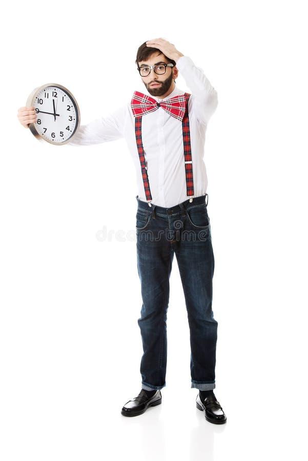 拿着大时钟的人佩带的悬挂装置 免版税图库摄影