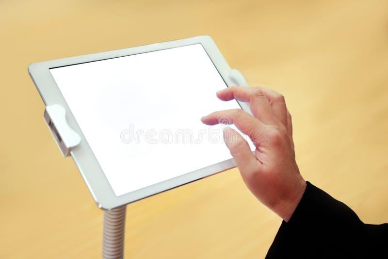 拿着大触摸屏幕片剂,空白的空的屏幕,智能手机白色屏幕的手 库存图片