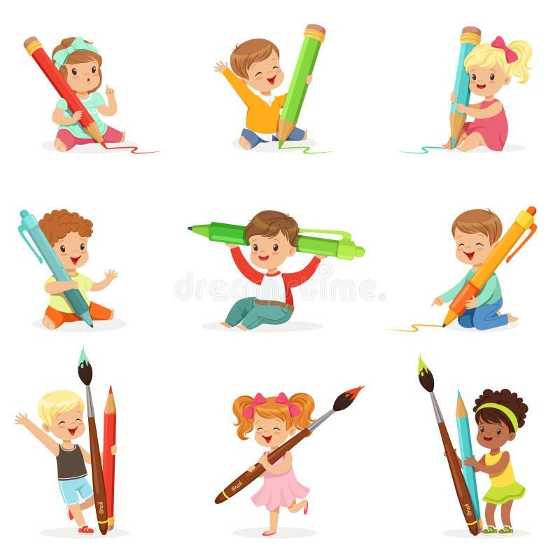拿着大铅笔、笔和油漆刷,标签设计的集合的逗人喜爱的幼儿 教育和儿童发育 向量例证