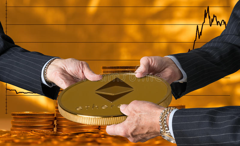 拿着大以太或ethereum硬币的三只贸易商手 库存照片
