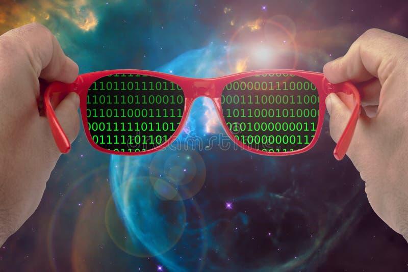 拿着太阳镜的男性手看数字宇宙二进制编码探险概念 库存图片