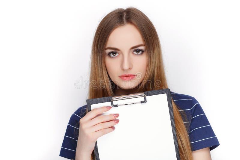 拿着夹子文件夹的蓝色T恤杉的可爱的新鲜的看起来的白肤金发的妇女 企业想法和情感概念 库存图片
