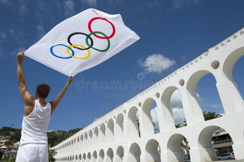 拿着奥林匹克旗子里约热内卢的运动员 库存照片