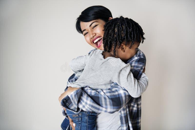 拿着她的儿子家庭的母亲 免版税图库摄影