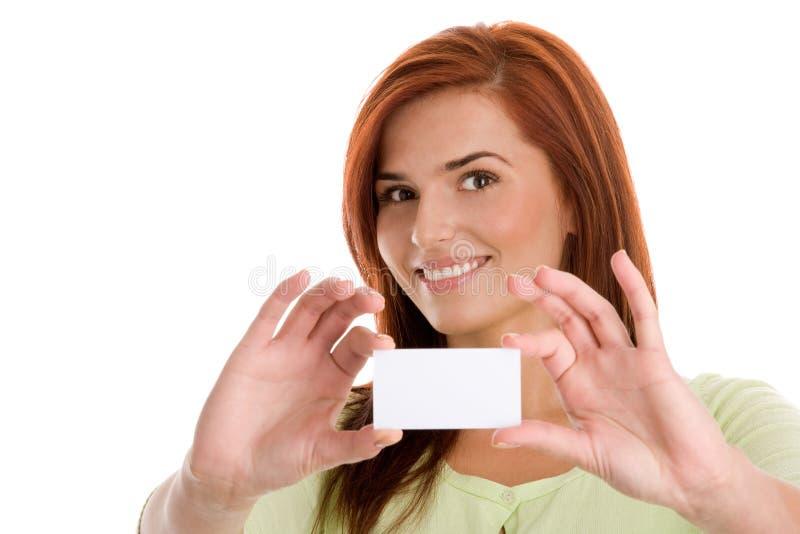 拿着她的名片的妇女 免版税库存图片