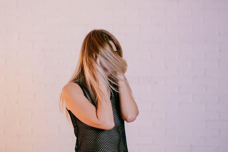 拿着她的在白色背景,头疼的妇女头 库存图片