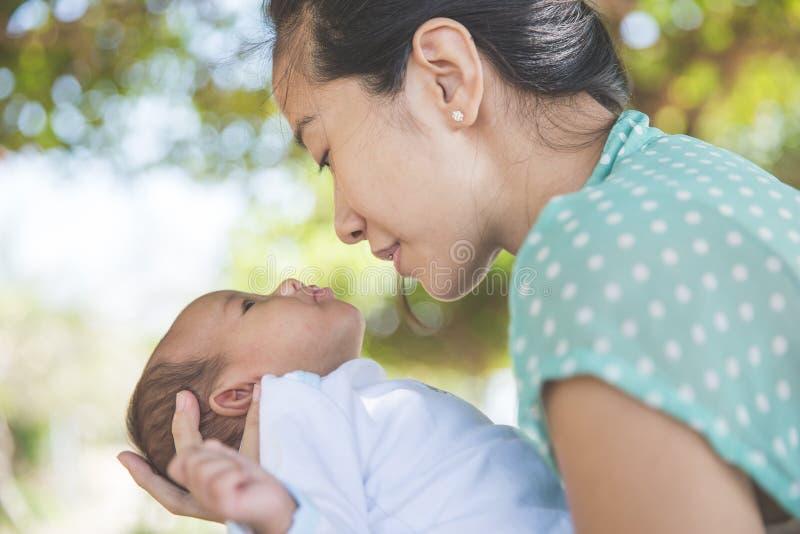 Download 拿着她的女婴的妇女 库存照片. 图片 包括有 聚会所, 婴儿, 亲吻, 无辜, 女性, 硼硅酸盐, 眼睛 - 62529138
