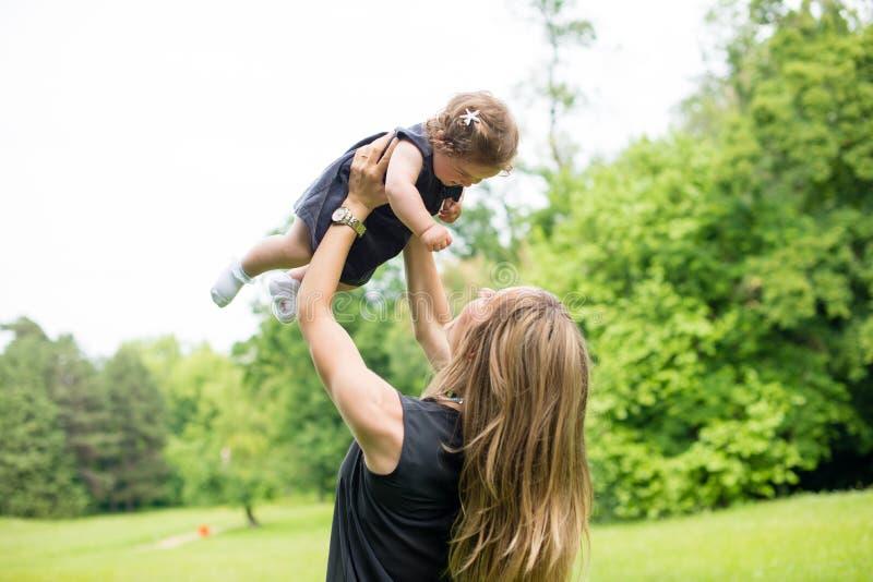 拿着她的女婴的妈妈 图库摄影
