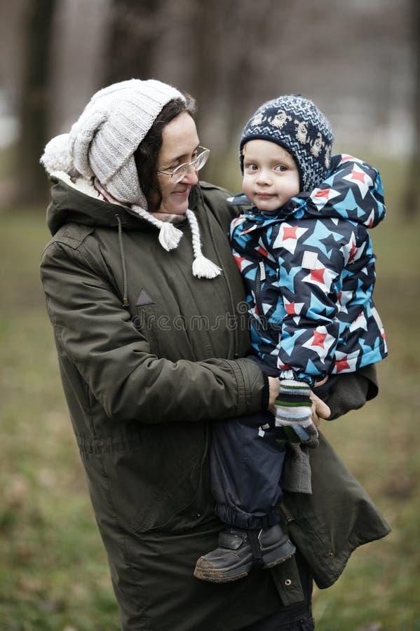 拿着她的小儿子的妇女 免版税库存照片