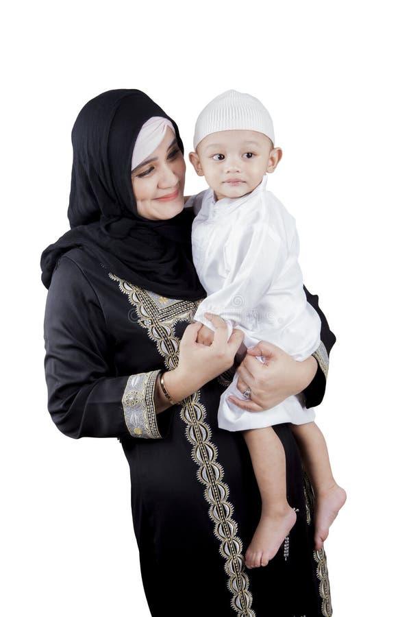 拿着她的演播室的阿拉伯妇女儿子 库存图片