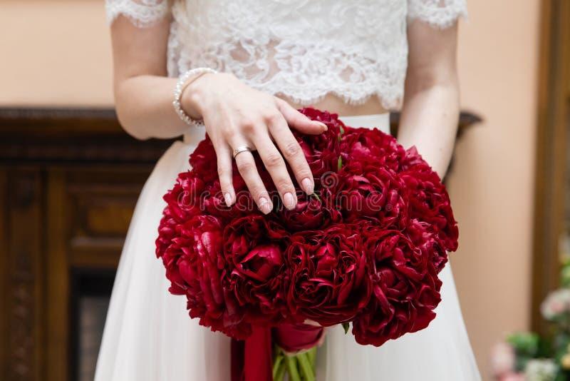 拿着她的花束,特写镜头的新娘 免版税库存照片