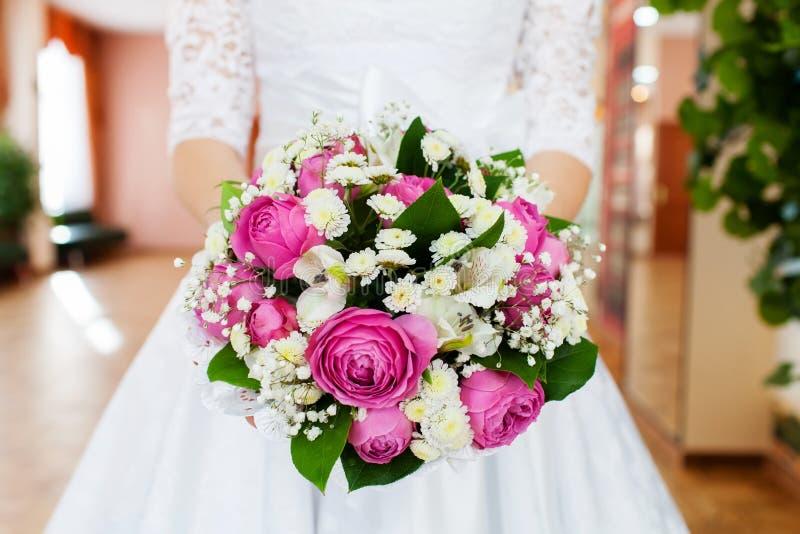 拿着她的花束,特写镜头的新娘 库存图片