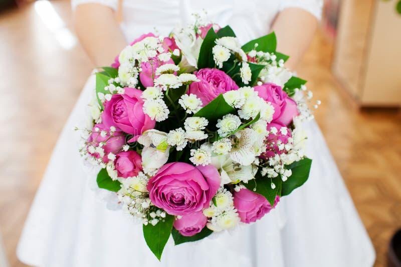 拿着她的花束,特写镜头的新娘 库存照片