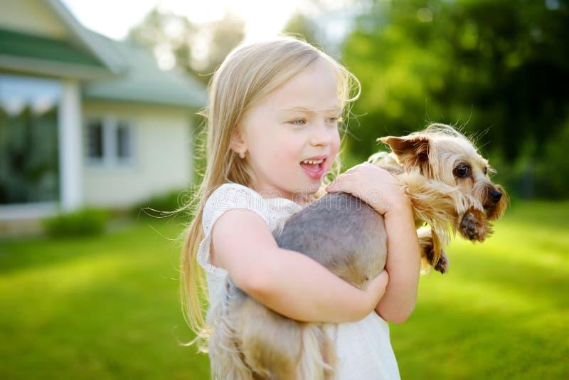 小女孩性交色情小�_拿着她滑稽的约克夏狗狗的逗人喜爱的小女孩