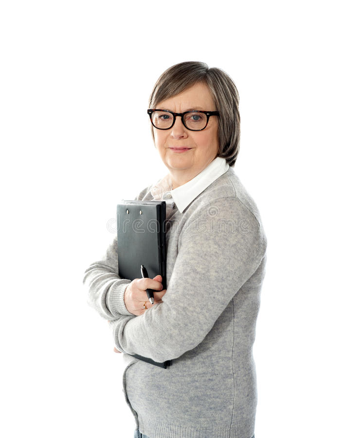拿着妇女的变老的业务单据 免版税库存图片