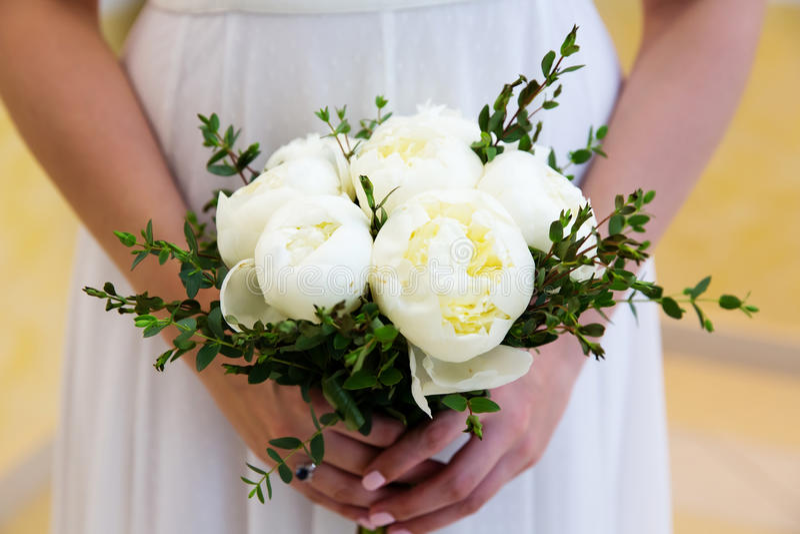 拿着婚礼花束的新娘 库存图片