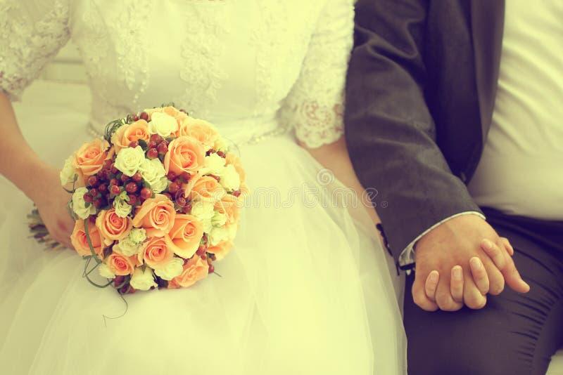 拿着婚礼花束的新郎和新娘 库存照片