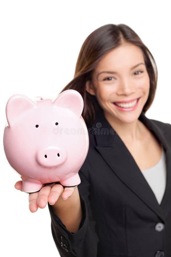 拿着存钱罐的妇女 免版税库存照片