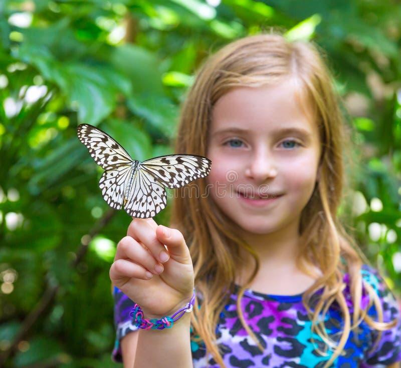 拿着宣纸蝴蝶想法leuconoe的女孩 免版税库存照片