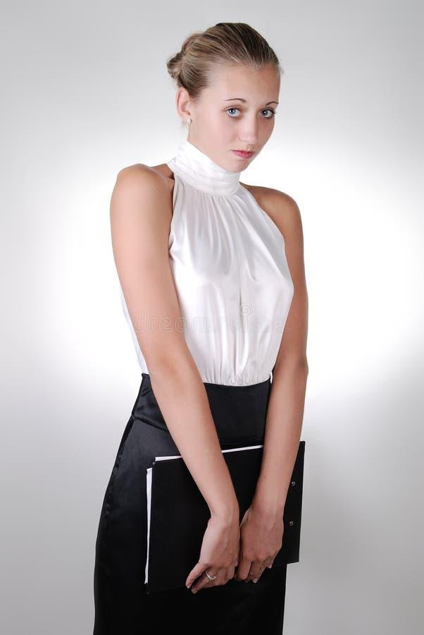 拿着害羞的年轻人的白肤金发的女实&# 免版税库存照片
