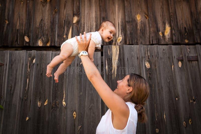 拿着小母亲的婴孩 库存照片