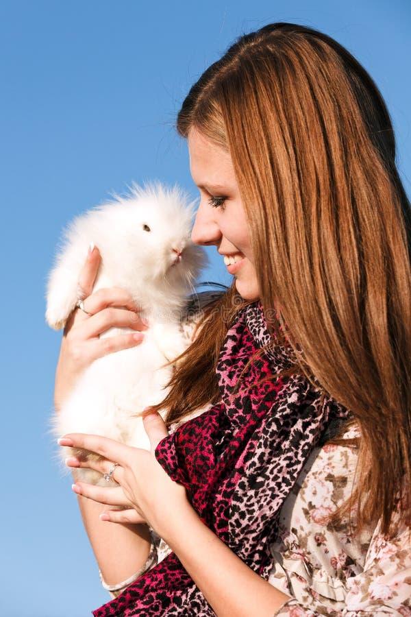 拿着小的兔子的女孩空白 库存照片