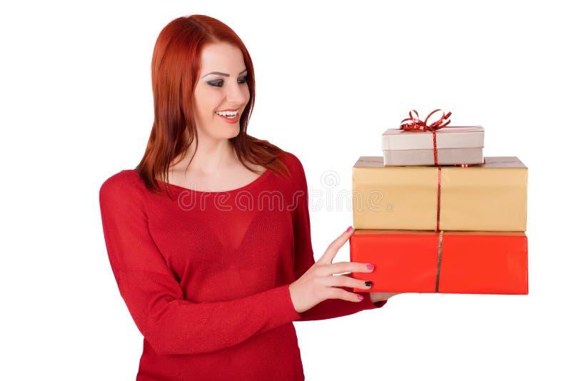 拿着小礼物盒的快乐的妇女被隔绝在白色背景 免版税库存照片