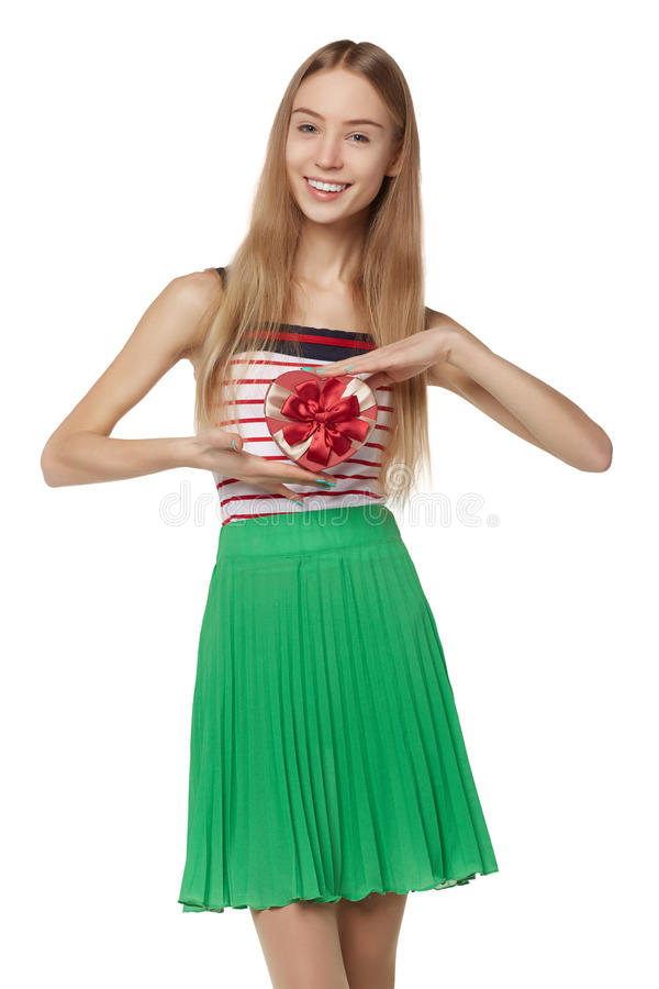 拿着小红色箱子的年轻美丽的妇女 演播室画象iso 免版税库存照片