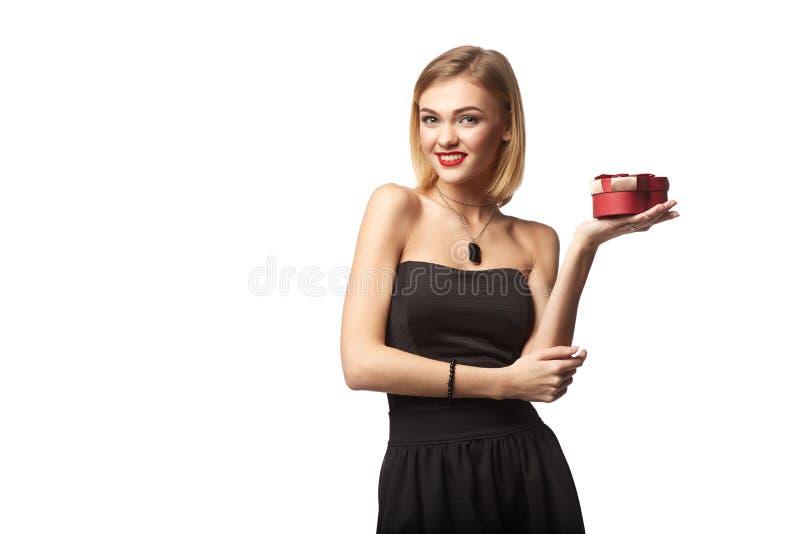 拿着小红色箱子的年轻美丽的妇女 演播室画象iso 免版税库存图片