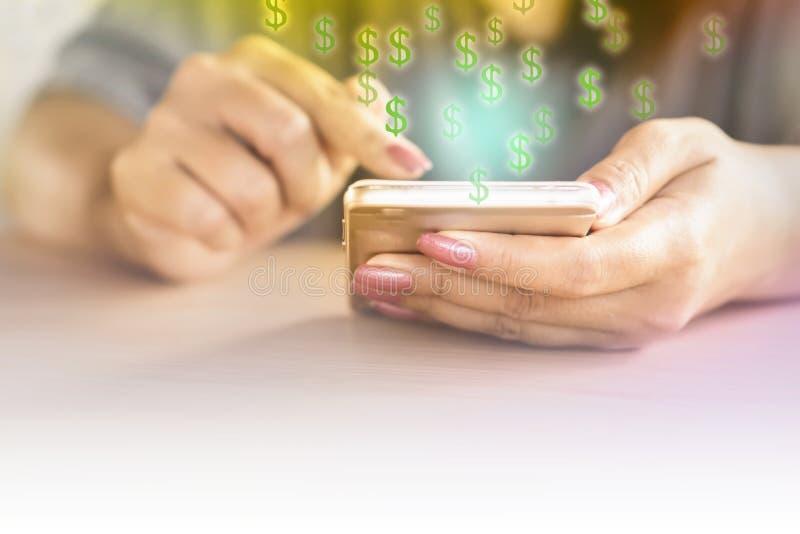 拿着巧妙的电话的妇女手挣金钱网上,电子商务 免版税库存图片