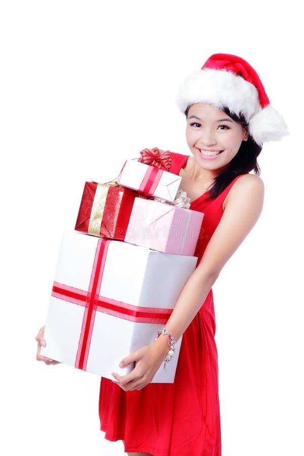 拿着巨大的礼品的新愉快的圣诞节女孩 免版税库存图片