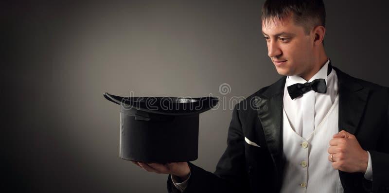 拿着帽子的魔术师,显示焦点 免版税库存照片