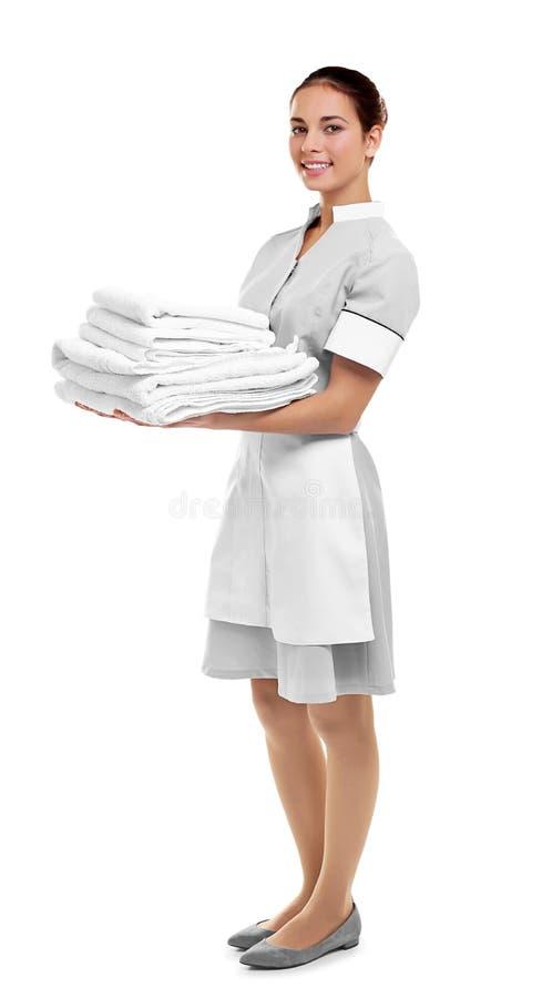 拿着干净的白色被折叠的毛巾的女性女服务生 库存图片
