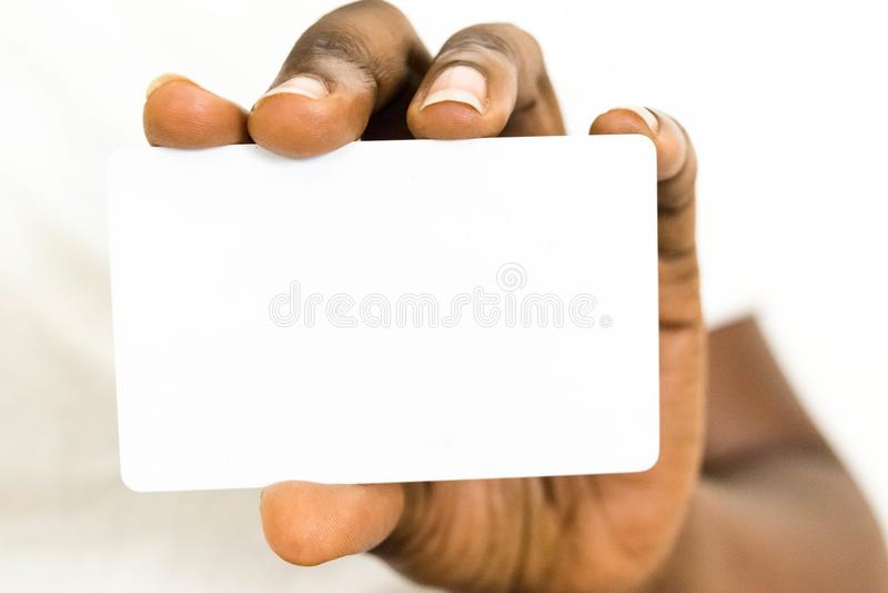 拿着广告文communicatio的非洲女商人空白的空的白色名片 库存图片