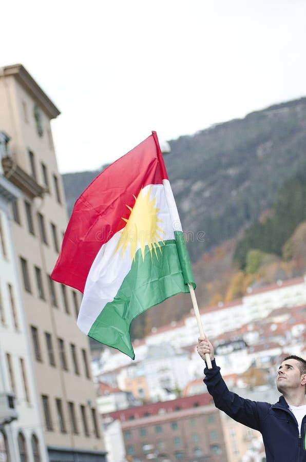 拿着库尔德旗子的人在示范时 库存照片