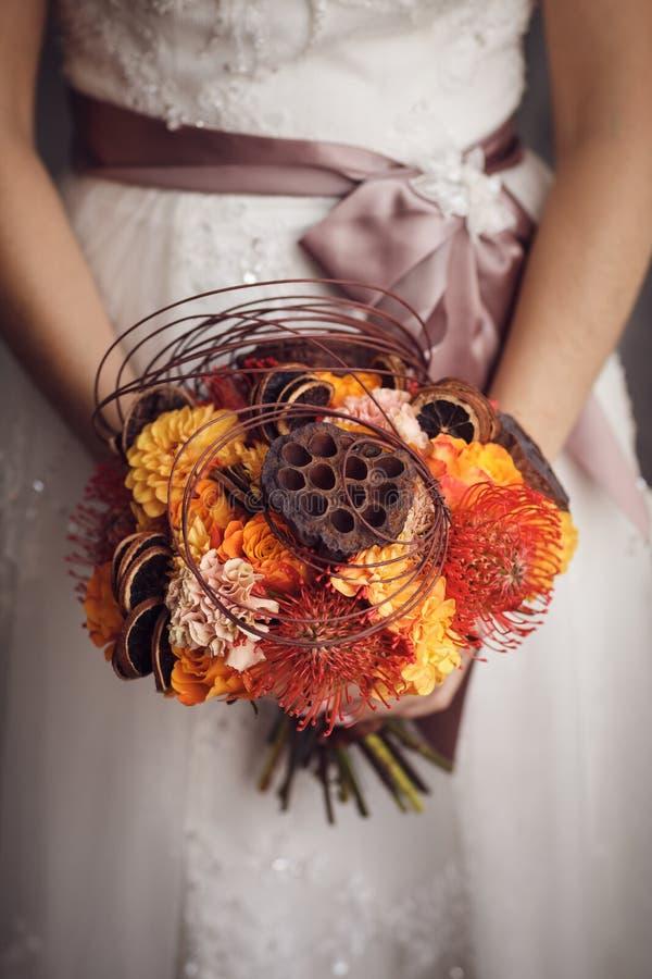 拿着异常的婚礼花束的新娘 图库摄影