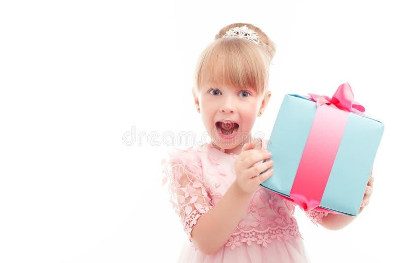 拿着当前箱子的正面女孩 免版税库存图片