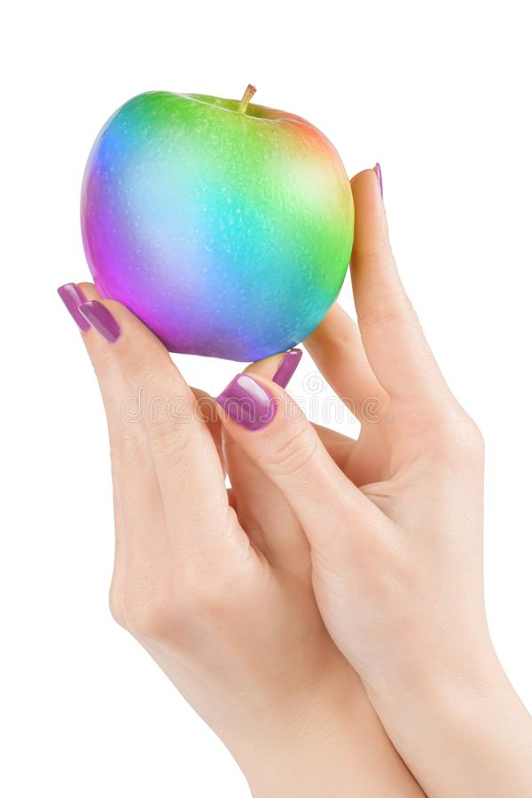 拿着彩虹色的苹果的手隔绝与裁减路线 库存照片