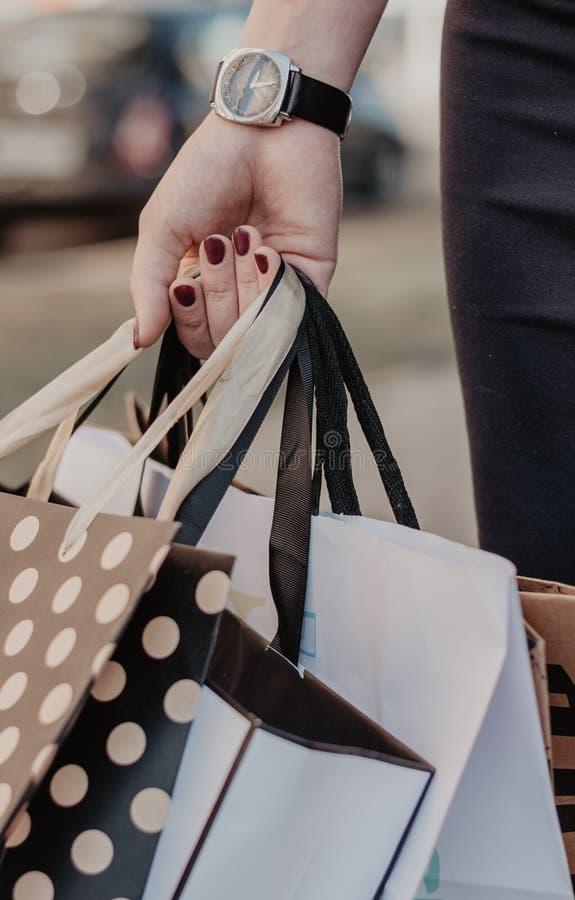 拿着很多购买的妇女手 免版税库存图片