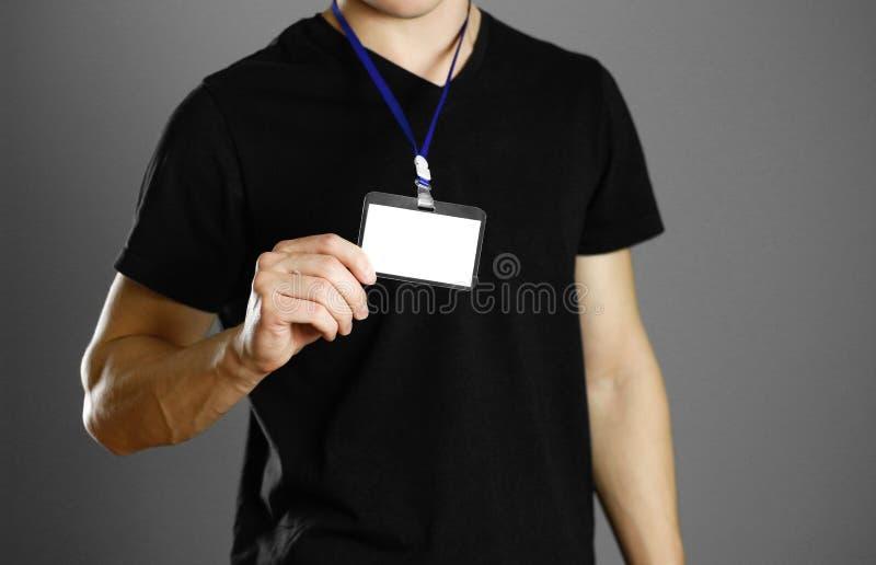 拿着徽章的人 关闭 被隔绝的背景 免版税库存图片