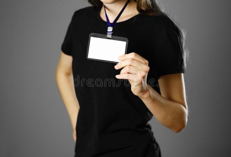 拿着徽章的女孩 关闭 被隔绝的背景 免版税库存照片