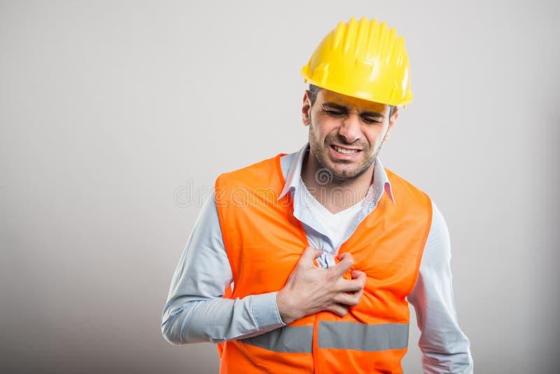 拿着心脏的年轻建筑师画象在痛苦中喜欢 库存图片