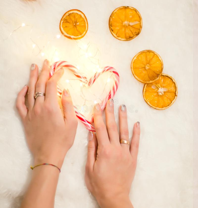 拿着心脏的手被做圣诞节糖果 图库摄影