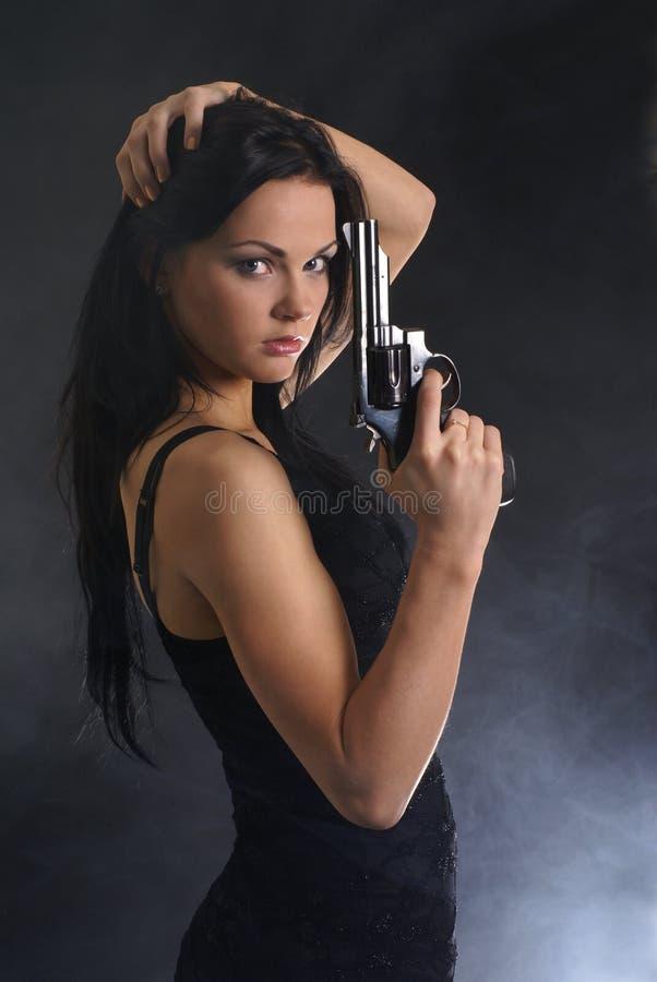 拿着性感的妇女的枪新 免版税库存照片