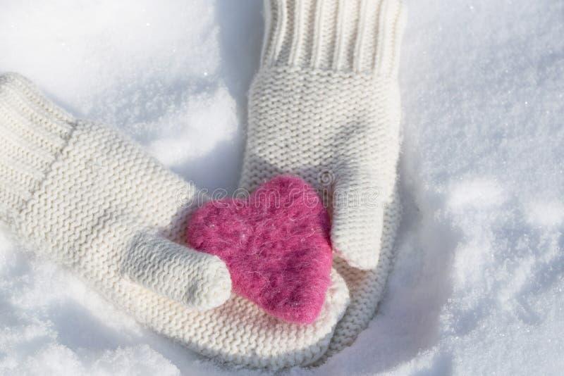 拿着情人节爱心脏的手套 免版税库存照片