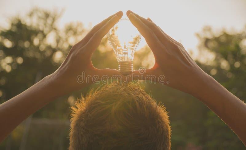 拿着想法或成功的人电灯泡 免版税库存照片