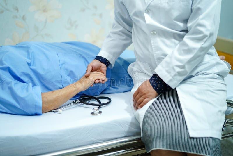 拿着感人的手有爱的亚裔资深或年长老妇人妇女病人,关心,帮助,鼓励和同情在护理h 库存照片