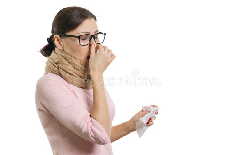 拿着手帕,白色背景的病的妇女,被隔绝 免版税库存图片