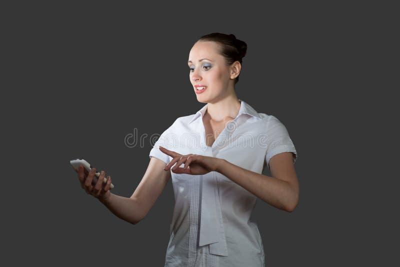 拿着手机的女商人 免版税库存照片