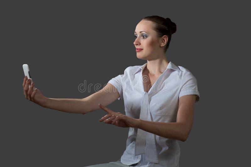 拿着手机的女商人 库存图片